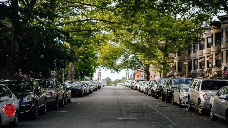 Parkolási/gyorshajtási bírságot kapott a cég. Kiszámlázhatja a büntetés összegét áfamentesen a sofőrnek?